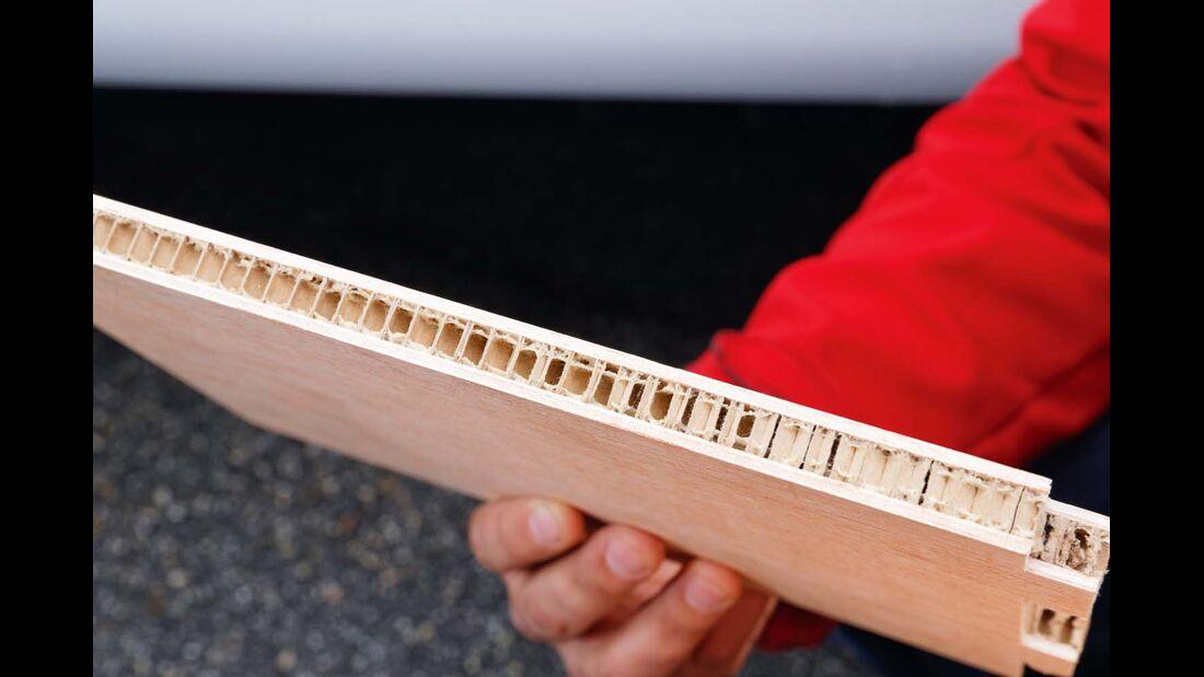 Bei Knaus experimentiert man mit einer stabilen Steckverbindung und durchgängigen Pappwabenkernen.
