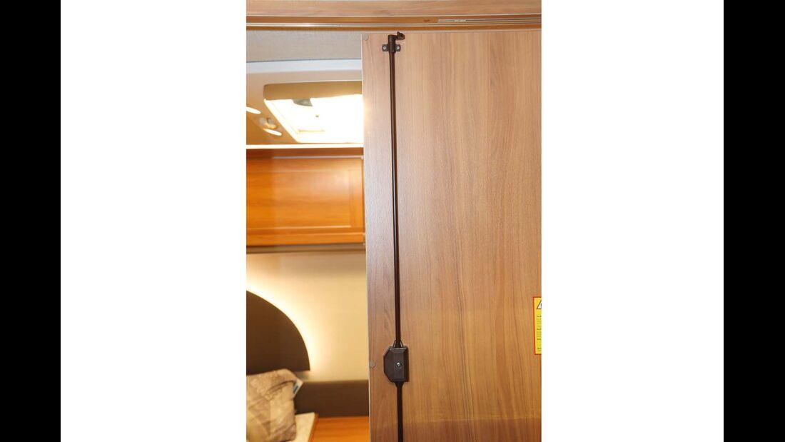 Bei Schrank- und Badtüren werden bisweilen Dreipunktverriegelungen mit zusätzlichen Schließhaken verwendet