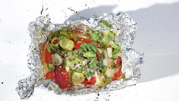 Bei den nächsten Rezepten werden einfach alle Zutaten in Alufolie verpackt und ins Feuer gelegt. Zum Beispiel: Feta-Fete: Fetakäse, Frühlingszwiebeln, Peperoni, getrocknete italienische Kräuter.
