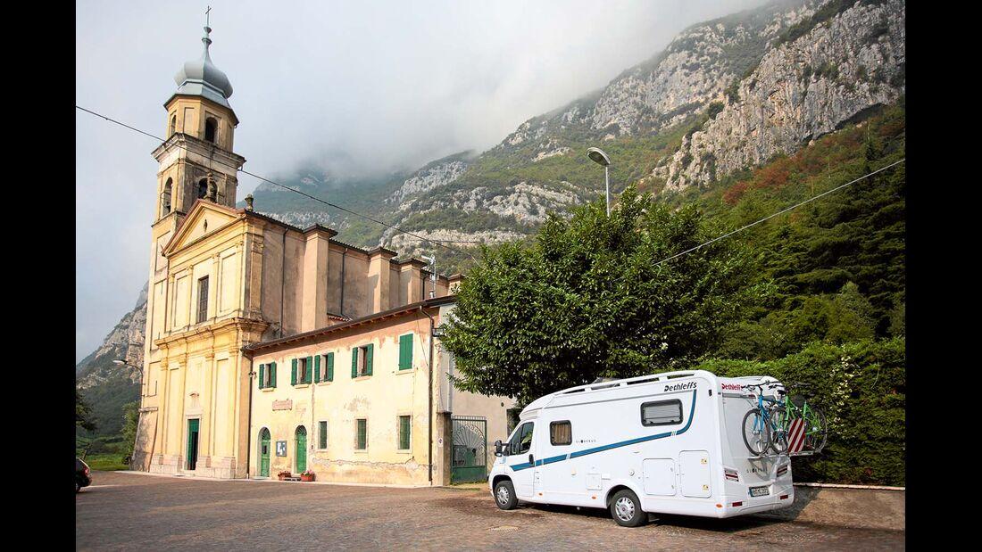 Bei der Chiesa di San Vigilio in Brentino Belluno steht man auch gut über Nacht.