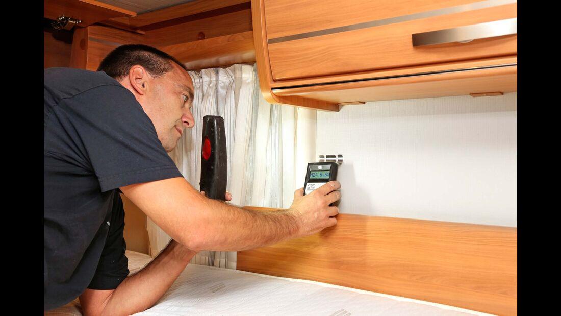 Bei der Dichtigkeitsprüfung wird mit dem Hygrometer der Grad der Feuchtigkeit in den Aufbauwänden gemessen.