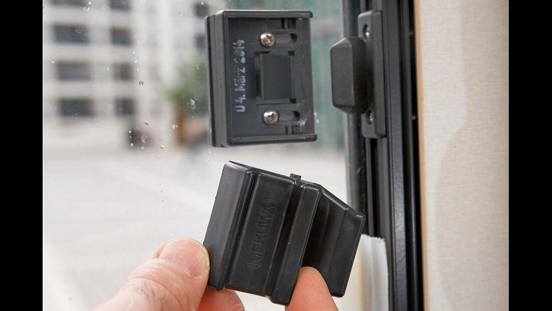 Bei einem Einbruch in den  Euro Mobil Integra Line 690 HB sprang der Riegel ab beim Schiebefenster rechts im Fahrerhaus