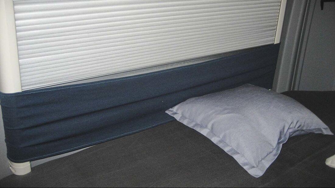 Bei einem Querbett mit Fenster passiert es leicht das man die Faltverdunkelung beim Schlafen eindrückt oder beschädigt.
