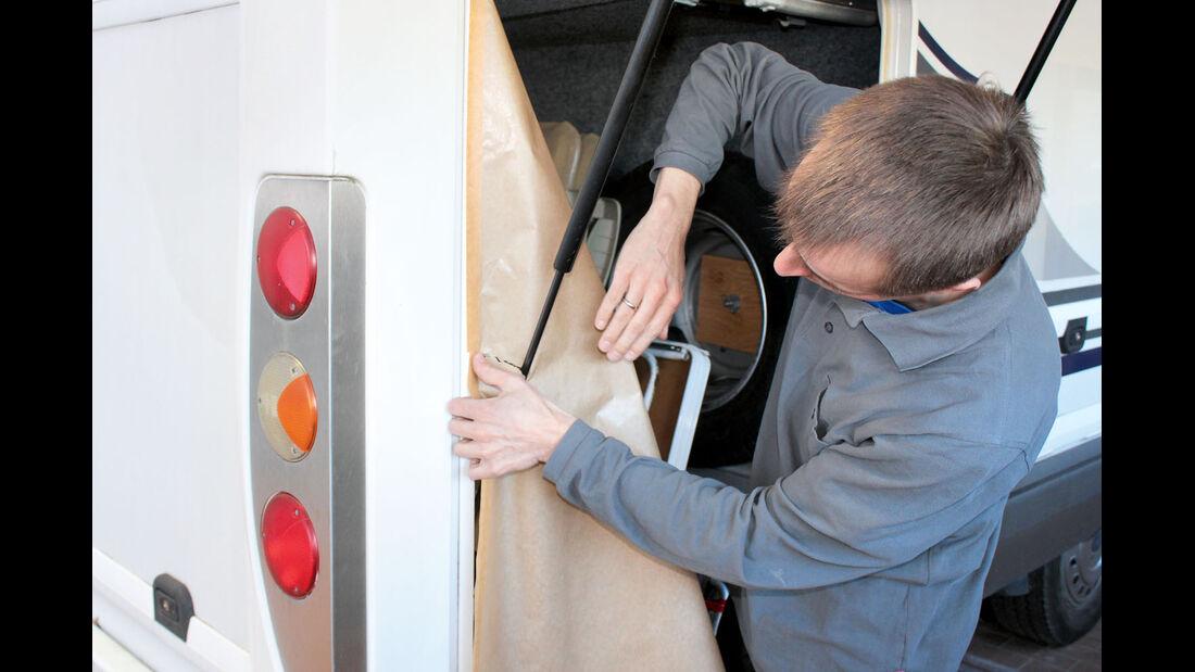 Bei offener Heckgarage laesst es sich leichter an der Heckschuerze arbeiten.
