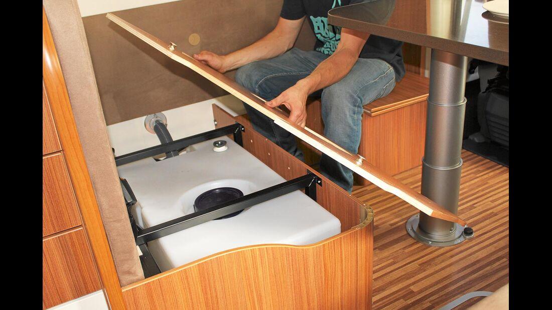 Bei vielen Reisemobilen ist der Frischwassertank in der Sitztruhe installiert. In diesem Fall lässt sich der Tank relativ einfach tauschen.