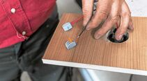 Beide Kabel mit Klemmen versehen und ein entsprechend langes 4-mm²-Kabel zum Sicherungsblock oder zur Batterie führen