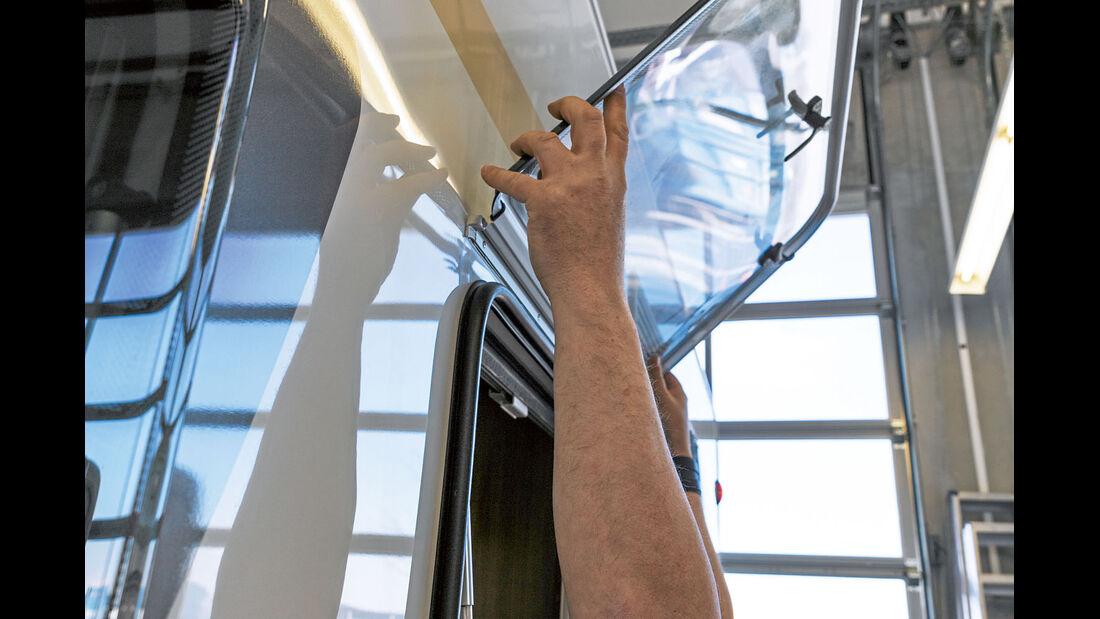 Beim Einbau das neue Fenster hochheben und in die Fuehrungsschiene einsetzen.