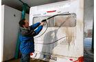 Beim Einsatz eines Hochdruckreinigers muss man Vorsicht walten lassen.