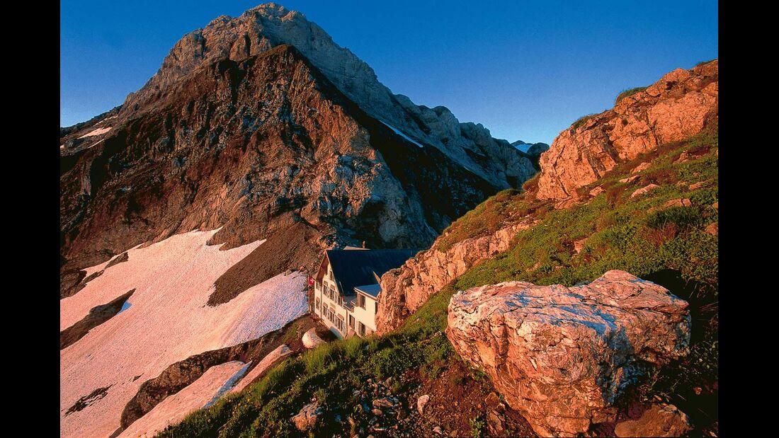 Berggasthöfe, Wasserfälle und gigantische Aussichten, hier vom Säntis auf die sieben Churfirsten.