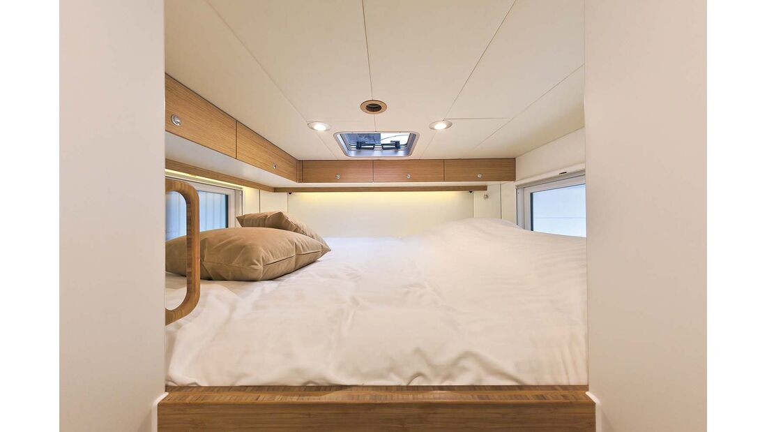 Bett 2,00 mal 1,80 Meter im Bliss-Mobil 20-ft-body