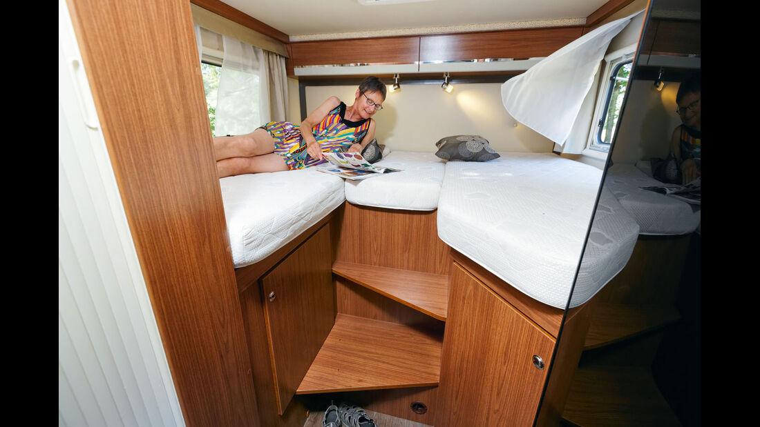 Bett auf der Fahrerseite kurz und abgeschrägt im Profila T 695 EB Mondial