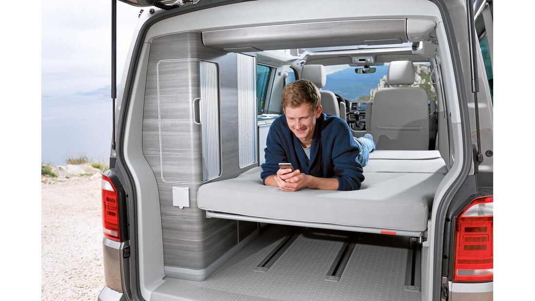 Bett beim VW California mit beidseitigen Leselampen