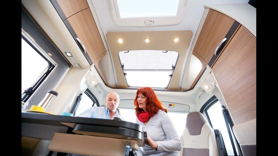 Blende um das Dachfenster überm Cockpit beim Adria Compact