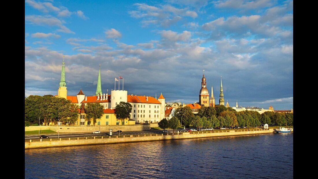 Blick auf die Altstadt von Riga, vom Unterlauf der Düna
