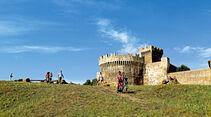 Blick auf die mittelalterliche Stadtmauer von Populonia am Golf von Baratti.