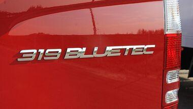 Bluetec steht für die umweltfreundlichen Motoren von Mercedes wie hier beim Sprinter