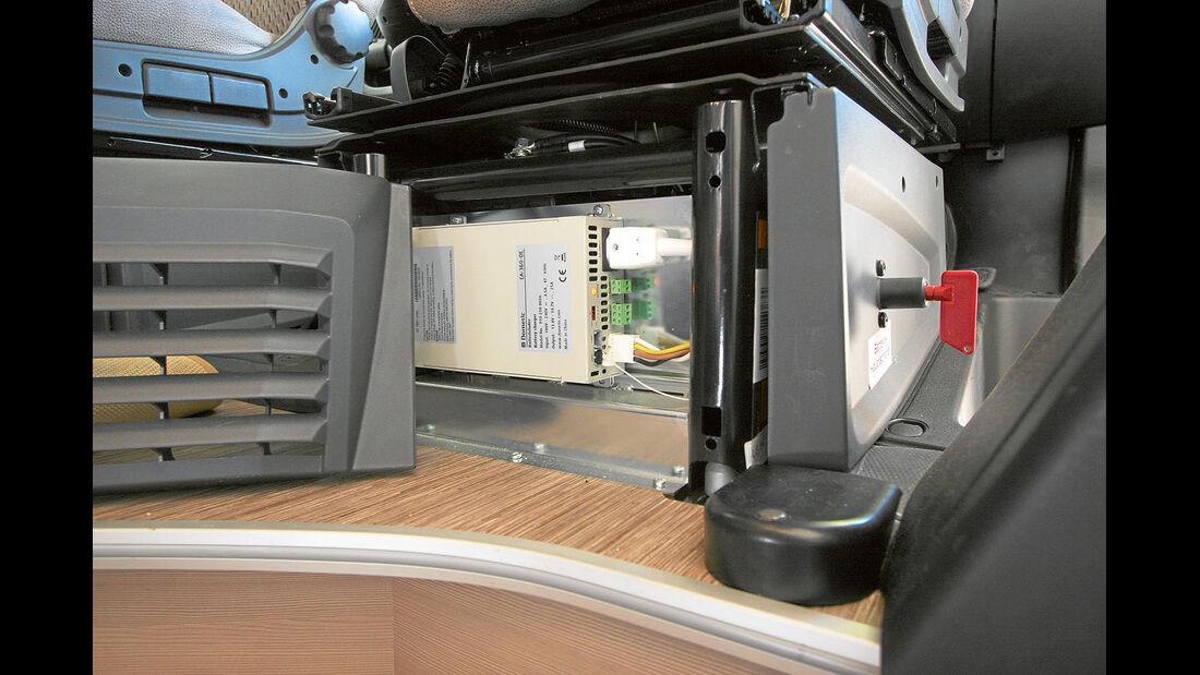 Bordbatterie und Ladegeraet finden sich in der Beifahrersitzkonsole.