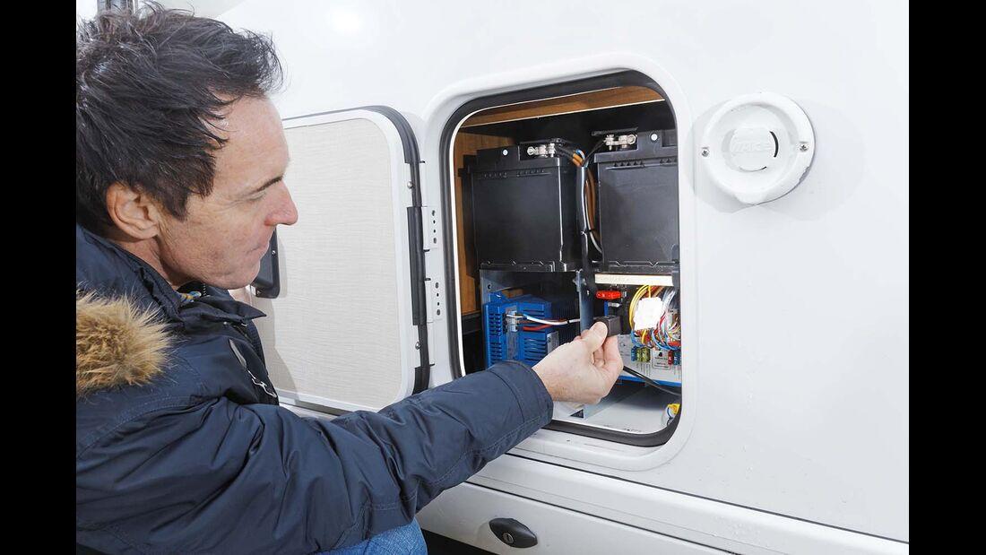 Bordbatterien und Ladegerät in separatem Abteil beim Hymer B 678 Premium Line