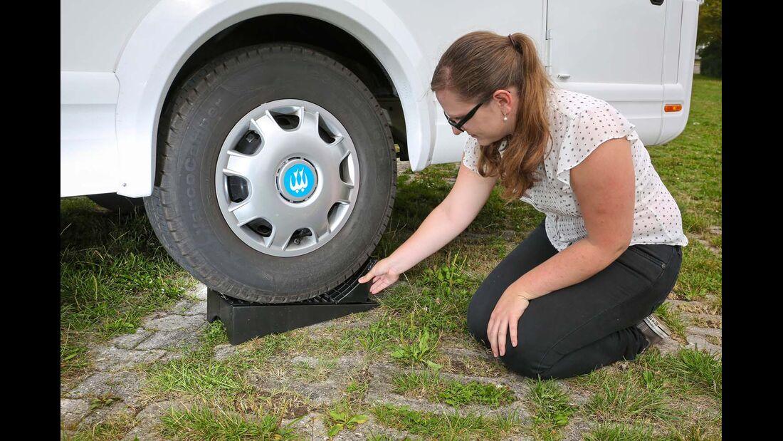 Bremskeile verhindern, dass der Reifen vom Auffahrkeil rollt.