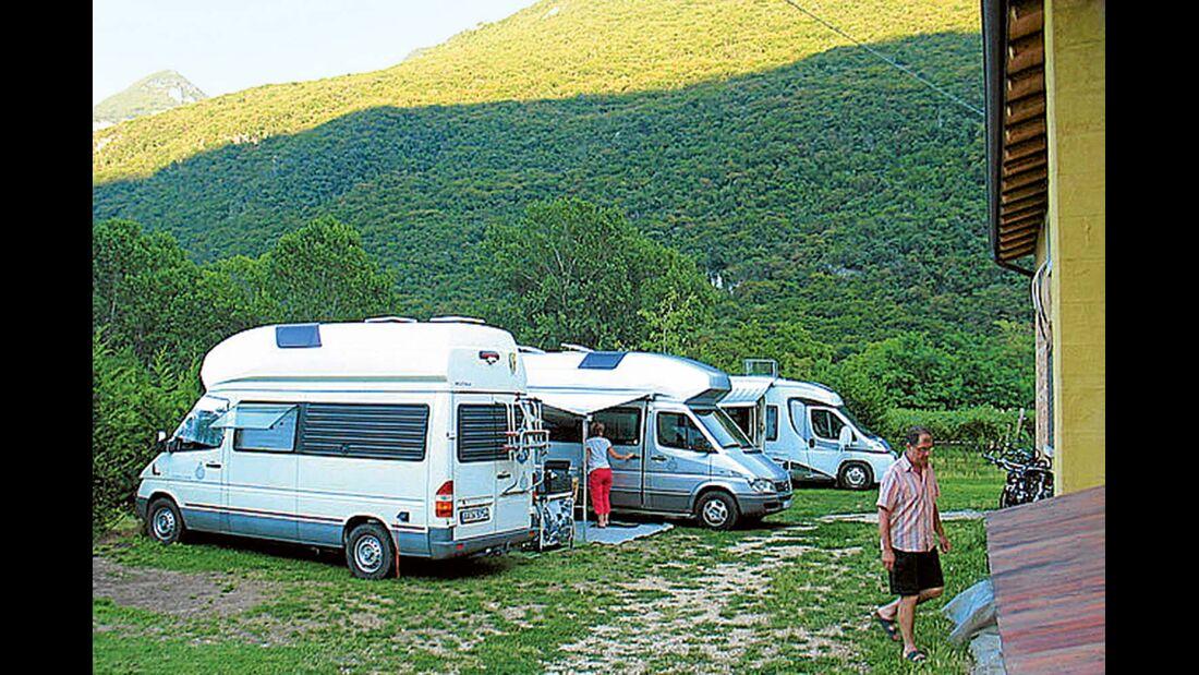 Brentino: die Stellplätze mit Service am Agriturismo Revena.