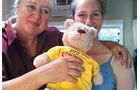 Britta Berg und Lisa Tilman mit CampBär