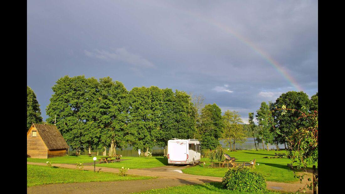 Camping Apalkalns ist direkt am Seeufer gelegen