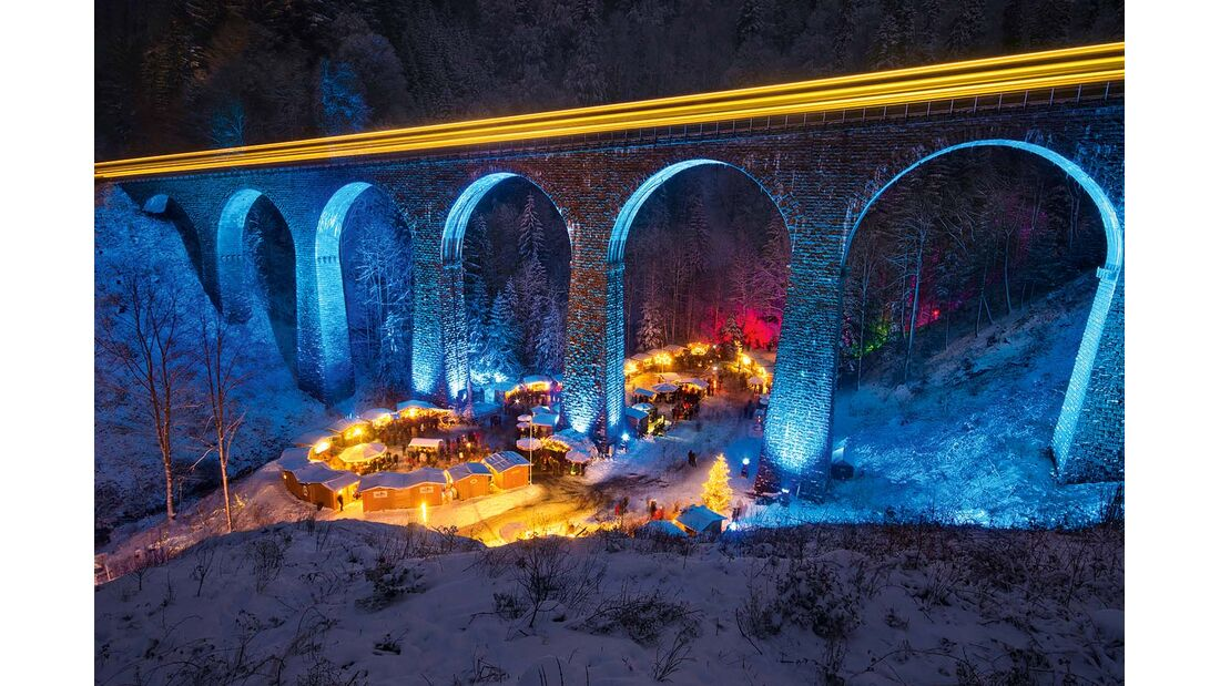 Christmas market in the Ravenna Gorge viaduct with train