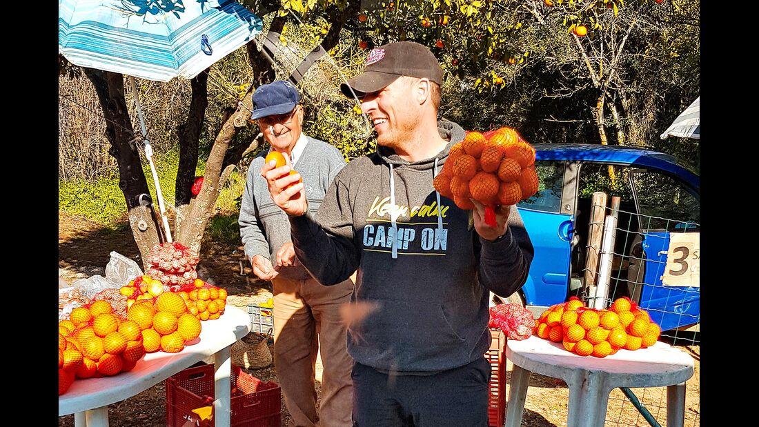Clementinen am Straßenrand