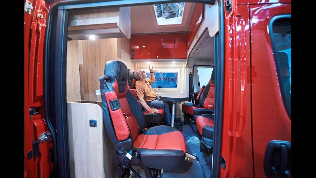Clever 1 Um fünf Personen sicher im ausgebauten Kastenwagen zu transportieren, gibt es einen klapp- und herausnehmbaren Zusatzsitz.
