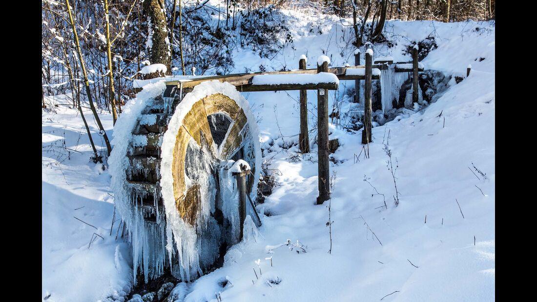 Da dreht sich nichts mehr – vereistes  Wasserrad im sauerländischen Niedersfeld.