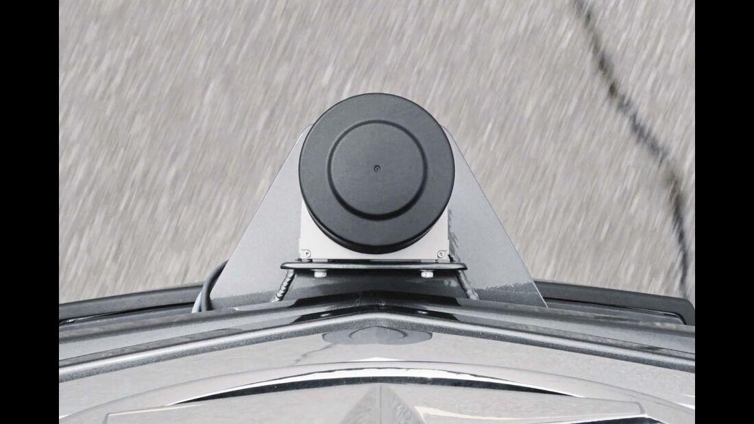 Dabei helfen verschiedene Sensoren, etwa die Radareinheit, die etwa Fußgänger erkennt.