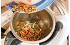 Dank des scharfen Messers können Nüsse maschinell zerkleinert werden.