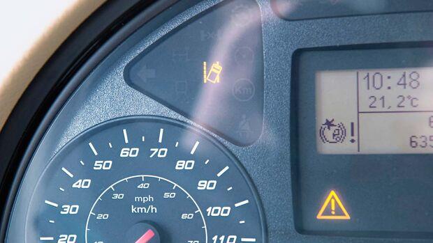 Das AEBS löst eine rettende Vollbremsung aus, wenn der  Fahrer versagt oder die Gefahr nicht erkennt.