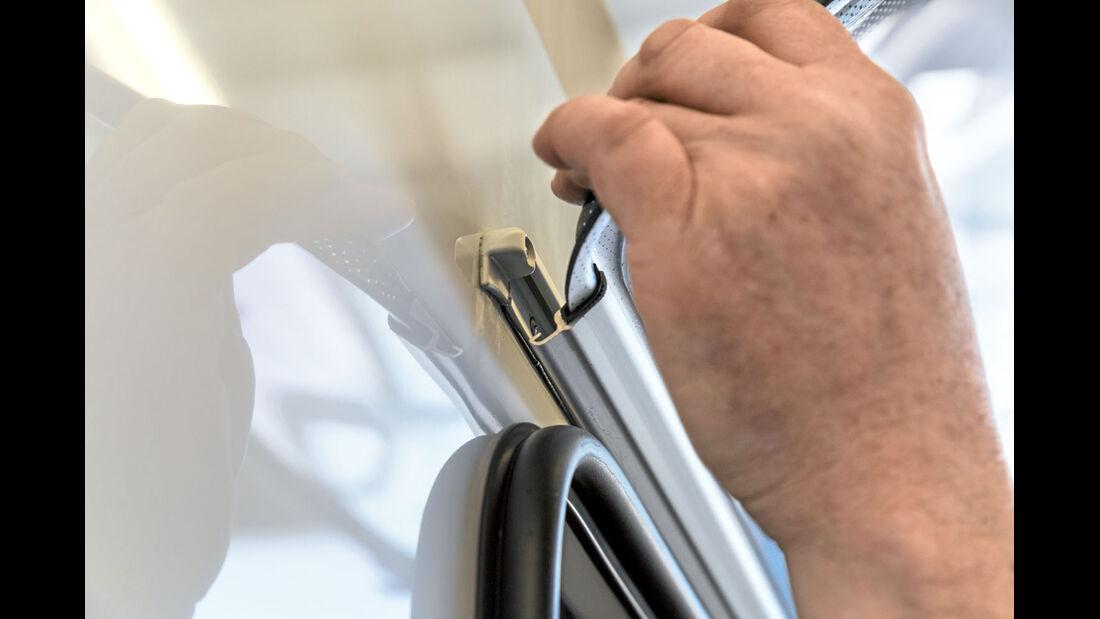 Das Aufstellfenster und die Aufbauwand sind oben durch zwei ineinander greifende Aluminiumprofilleisten verbunden.