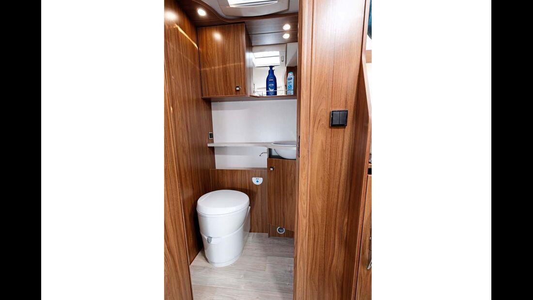 Das Bad erweitert sich mittels zweier Türen in den Gang hinein.