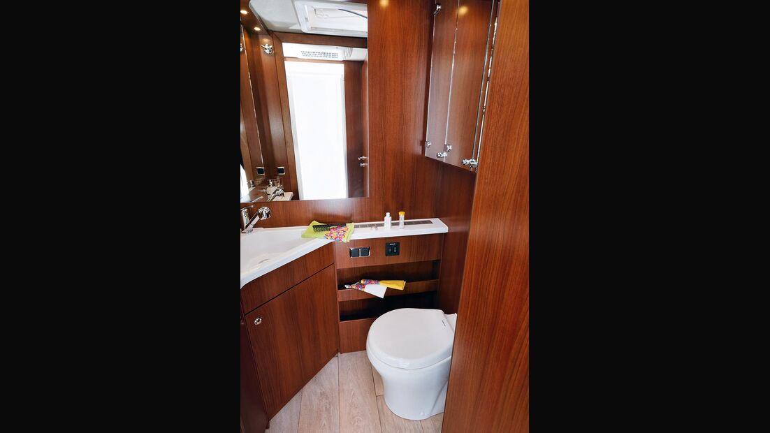 Das Bad hat ein großes Waschbecken und eine Festtanktoilette.