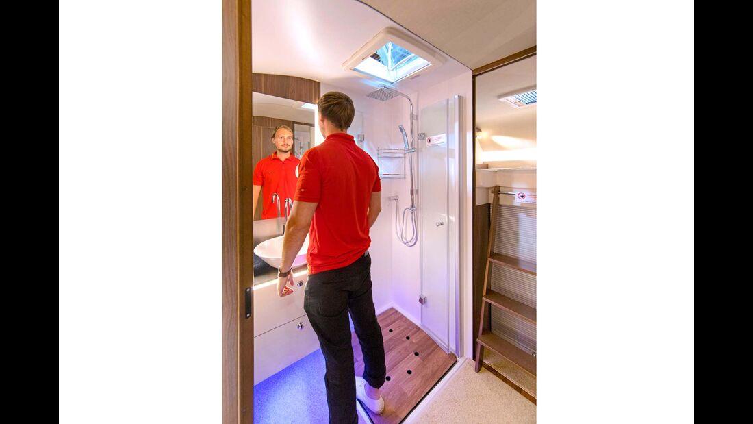 Das Bad im Mujaro 570 ABG  hat eine ebenerdige Dusche und Trennwände aus Echtglas.