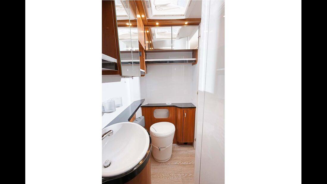 Das Bad mit neuer Thetford-Toilette darf sich über die ganze Aufbaubreite strecken.