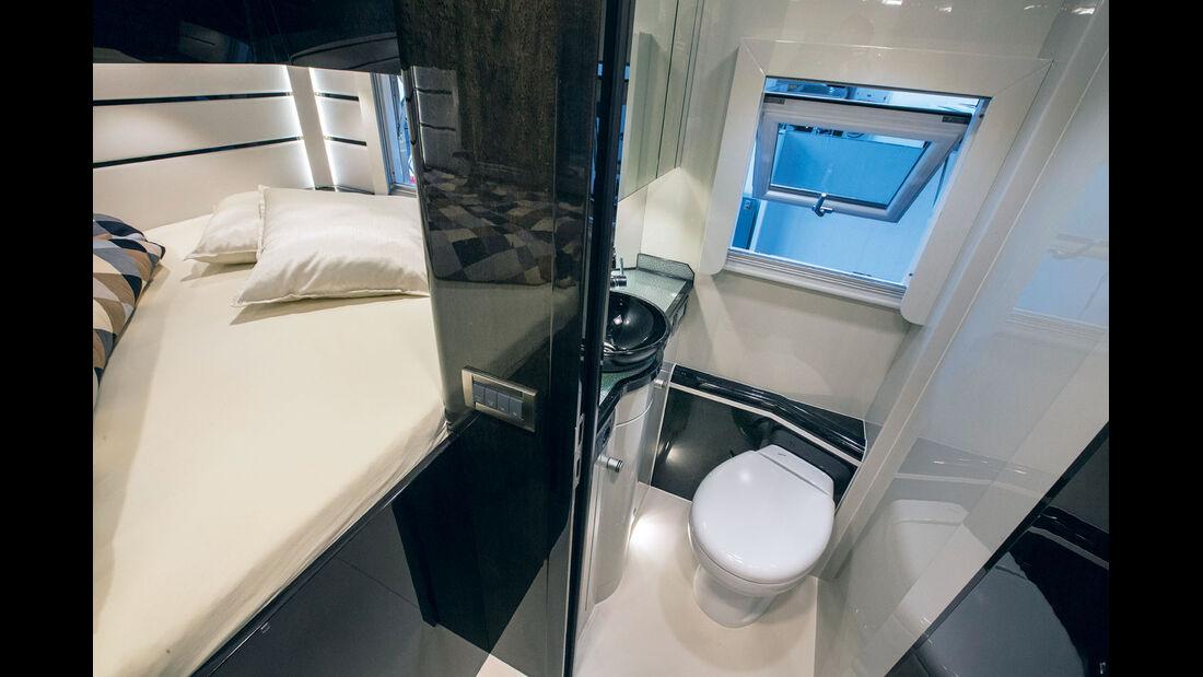 Das Bad veredelt ein Glas-Waschbecken.