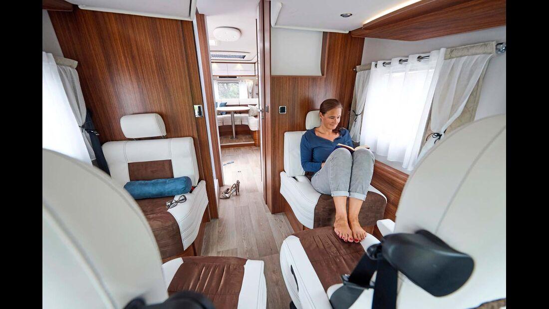 Das Fahrerhaus bietet nicht nur vier Einzelsitze mit Gurt, sondern ist geradezu ein zweites Wohnzimmer neben der Hecksitzgruppe.