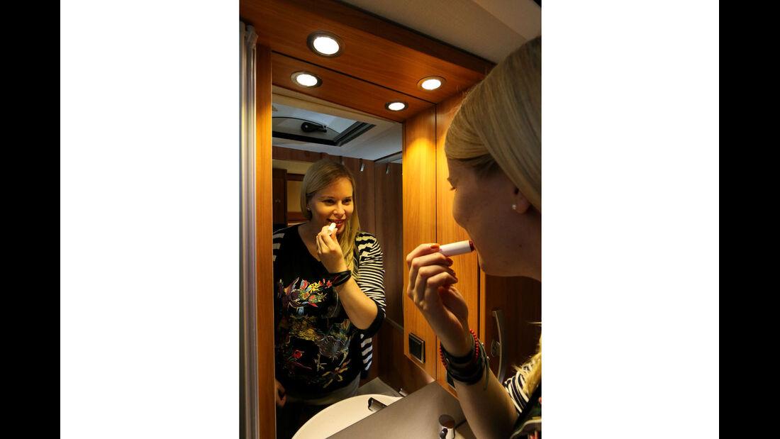 Das Gesicht im Badspiegel bleibt teilweise im Dunkeln beim Hymer Exsis-t