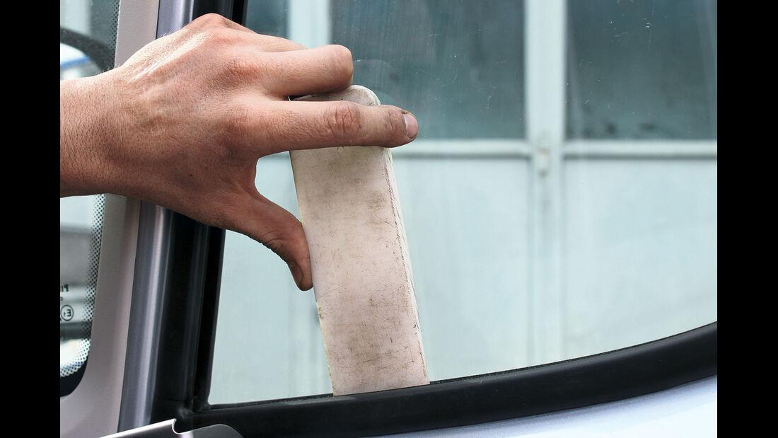 Das Glas mit Keil oder Pappe sichern.