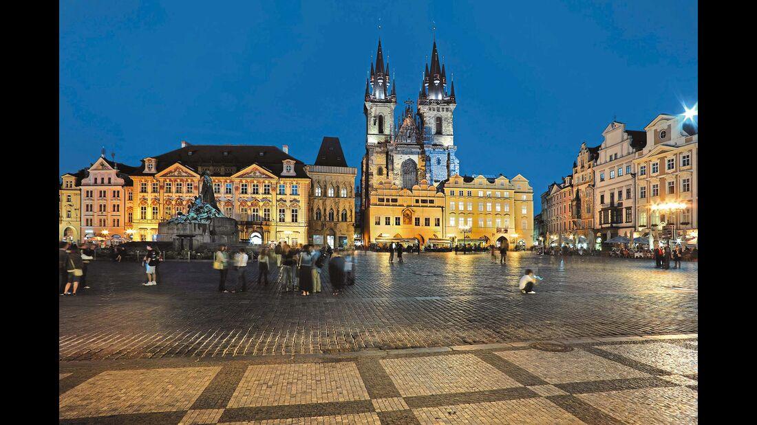 Das Herz Prags: der Altstädter Ring mit Jan-Hus-Denkmal und Teynkirche.