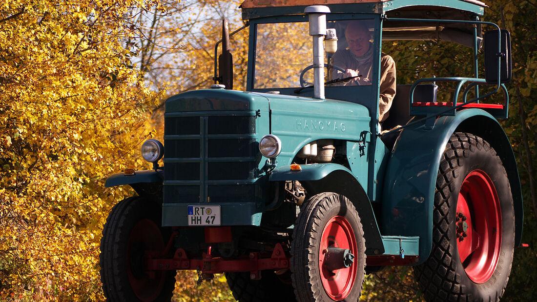 Das Hofgut Hopfenburg beherbergt nicht nur seltene Haustierrassen, hier versieht auch ein historischer Traktor seinen Dienst.