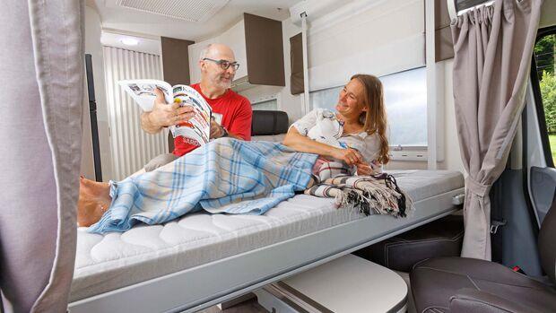 Das Hubbett vorn lässt sich bis auf die Sitze herabsenken und dient sich so mit großer Kopffreiheit und bequemem Einstieg als Elternschlafzimmer an.