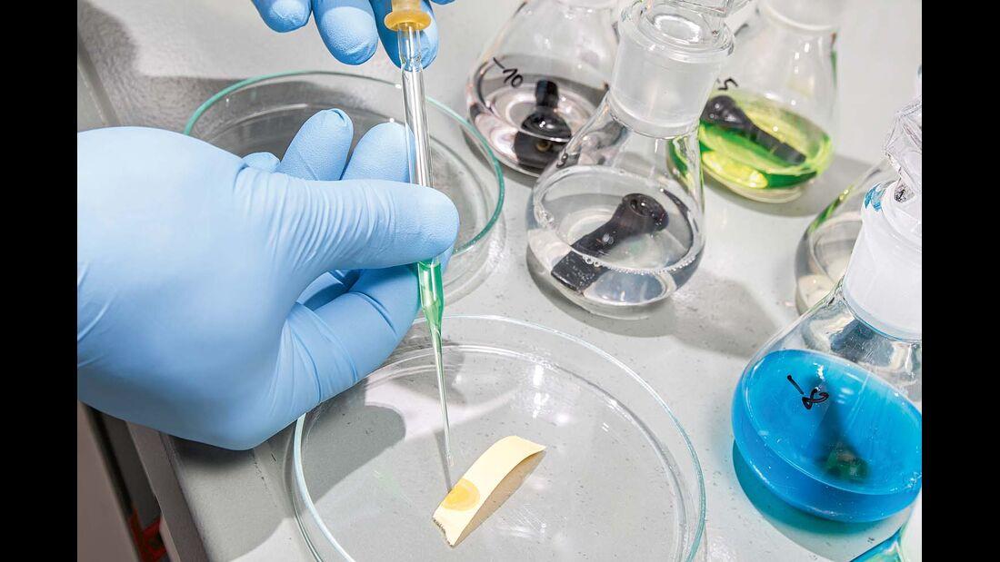 Das Indikatorpapier entlarvt zu saure oder zu alkalische Produkte.