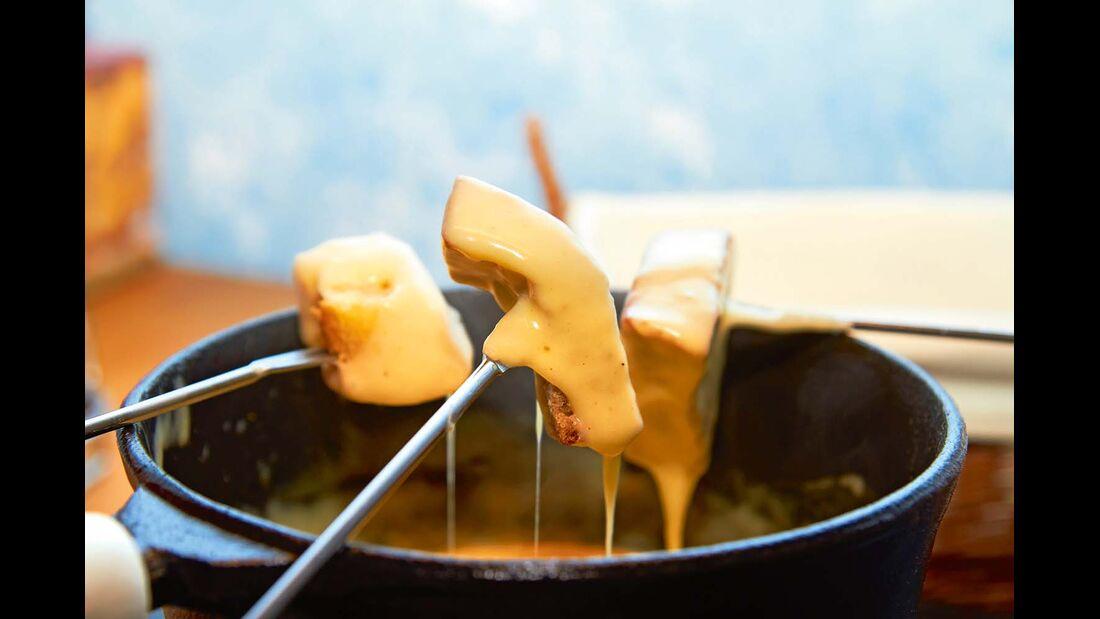 Das Käsefondue mit Appenzeller Käse ist ein typisch schweizerischer Gaumenschmauß.