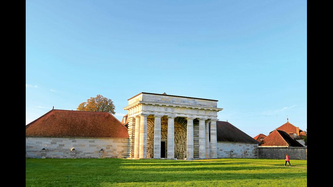 Das Portal repraesentiert die Baukunst von C.-N. Ledoux.