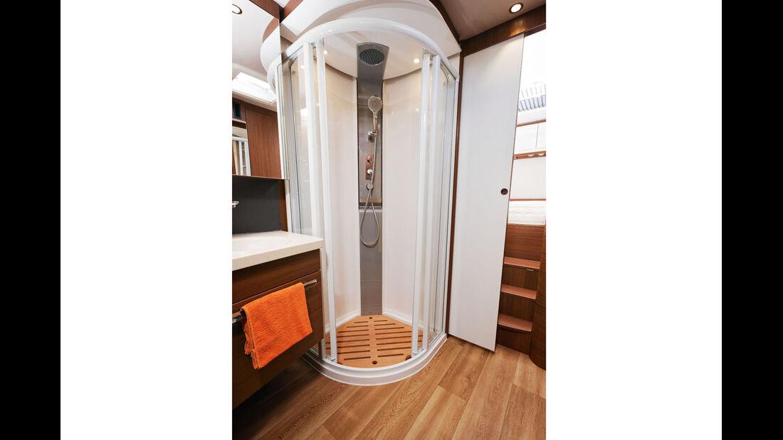 Das Raumbad bietet eine grosszuegige Duschkabine.