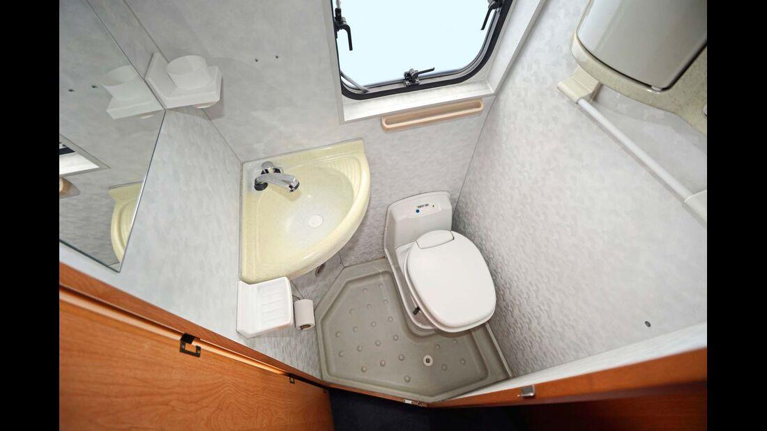 Das Waschbecken hat sich im Lauf der Jahre verfärbt. Anders als bei vielen anderen Reisemobilen sind die verwendeten Kunststoffe aber nicht brüchig.